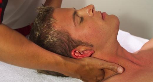טיפול בצוואר תפוס באמצעות שיאצו